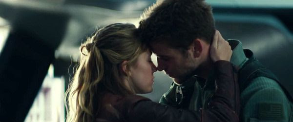 Patricia Whitmore shares an intimate moment with Jake Morrison (Liam Hemsworth) in INDEPENDENCE DAY: RESURGENCE.