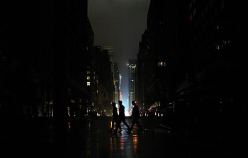 manar-ahmed-hany:  مدينتى انا العاشق الساكن فيك بلا عنوان انا المواطن الذى يحبك حتى النخاع انا التائه بين دروبك لعلنى اهتدى الى طريق لعلنى اجد مكان يحتوينى لعلنى اجد بيتنا القديملعلنى اجد ذكرياتى ومدرستىلعلنىاجد اصدقاء طفولتى مدينتى منذ متى صرتى مزدحمة وحزينة منذ متى ضاقت فيكى الاماكن ابحث كل يوم بين الدروب عن بحرك وشمسك عن ضحكت شوارعك فأجد مسخ اجد طفل حزين فقد امه فى الزحام فقد العائلة واصبح شريد بين الطرقات اصبح يناجى المارة ويترجهم ان يرفقوا بى ويرشدوه اين الطريق مدينتى اشتاق إليكى واشتاق الى نفسى معكى