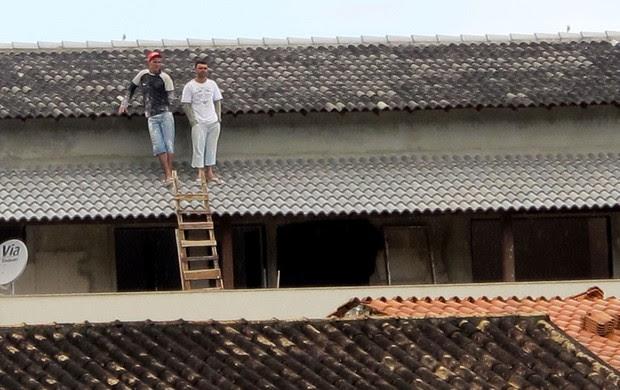 torcedores no telhado treino Flamengo (Foto: Richard Souza)