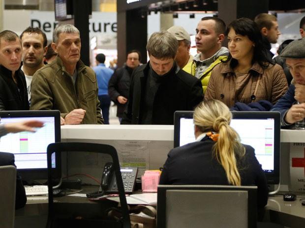 Parentes pedem informações sobre a queda do avião, no aeroporto de São Petersburgo (Foto: AP Photo/Dmitry Lovetsk)