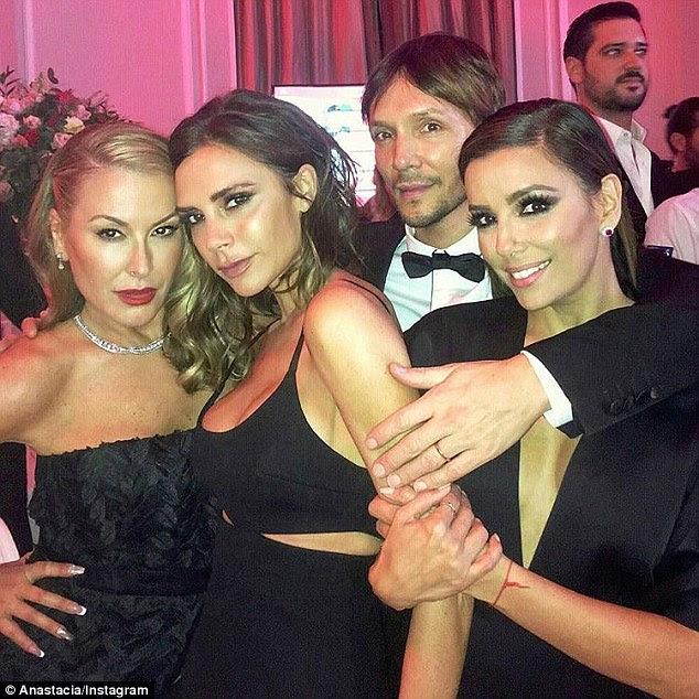 Casa longe de casa: Anastacia permaneceu no Reino Unido desde que deixou o Strictly, festejando com Victoria Beckham e Eva Longoria no fim de semana