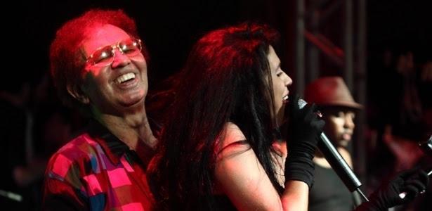 10.fev.12 - Reginaldo Rossi canta na oitava edição do Baile de Gala do I Love Cafusú no Clube Internacional, em Recife