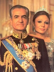 Mohammed Reza Pahlavi, lo scià di Persia (Iran) insieme a Farah Pahlavi