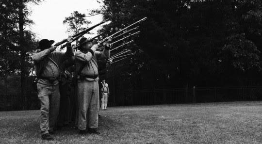 DID YOU WONDER WHO FIRED THE GUN ? : 1eres curieuses images d'un doc en compet' à Locarno