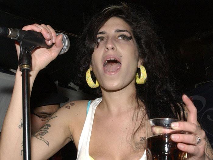 No fim de 2007, Amy se apresenta em uma cidade da Califórnia, nos Estados Unidos, com um copo de bebida alcoólica