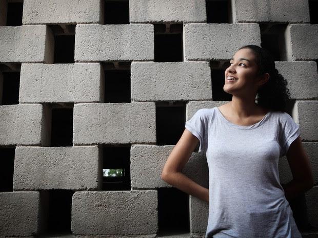 Embora não tenha sido beneficiada por cota, Mayra Carolina Souza, aprovada em engenharia mecânica naval, diz ser a favor da política (Foto: Caio Kenji/G1)