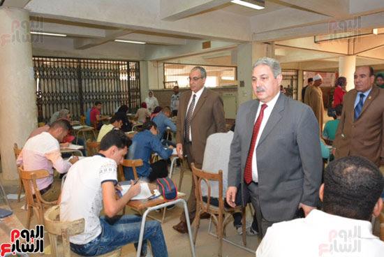 نائب رئيس جامعة أسيوط يتفقد لجان امتحانات الفصل الدراسى الثانى (2)