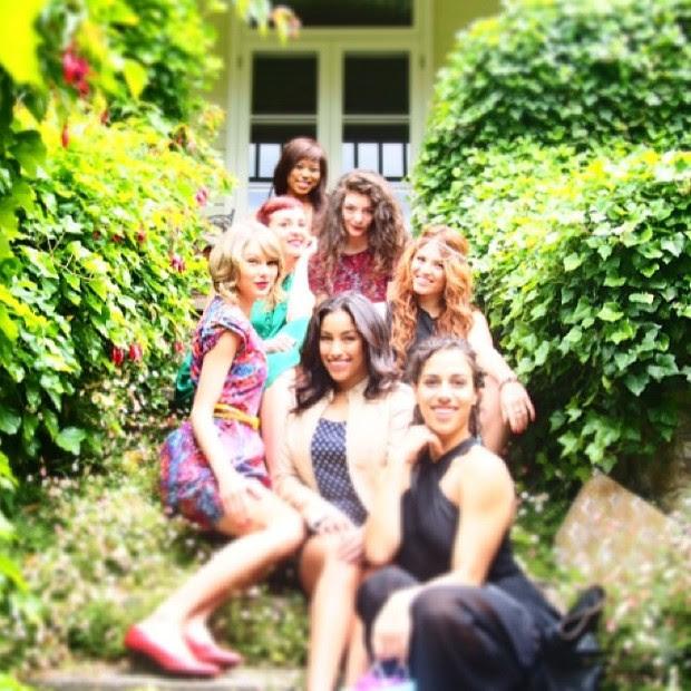 Taylor Swift com Lorde e amigos (Foto: Reprodução/Instagram)