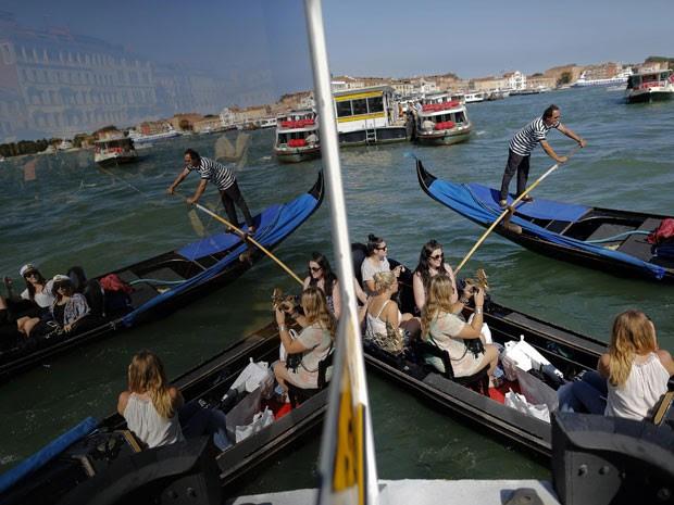 Turistas em gôndolas em Veneza (Foto: Tony Gentile/Reuters)