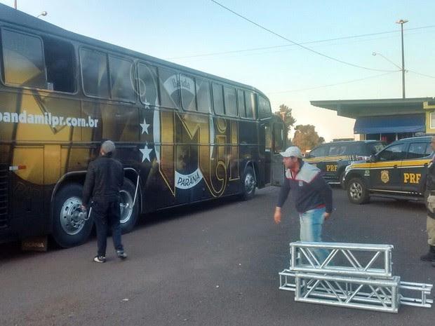Droga estava escondida sob os equipamentos da banda (Foto: Divulgação/PRF)