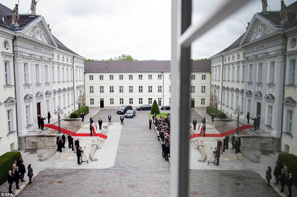 Vista da parte superior: Uma foto tirada da janela do Schloss Bellevue oferece uma visão do olho do pássaro da cerimônia de boas-vindas
