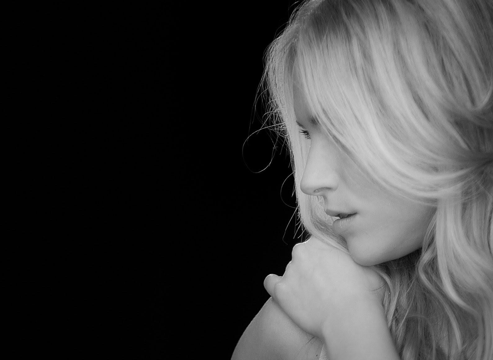 フリー画像 人物写真 女性ポートレイト 白人女性 横顔 モノクロ写真