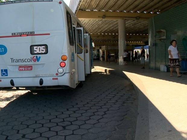 Adolescente é baleado dentro do Terminal de Laranjeiras (Foto: Reprodução/ TV Gazeta)