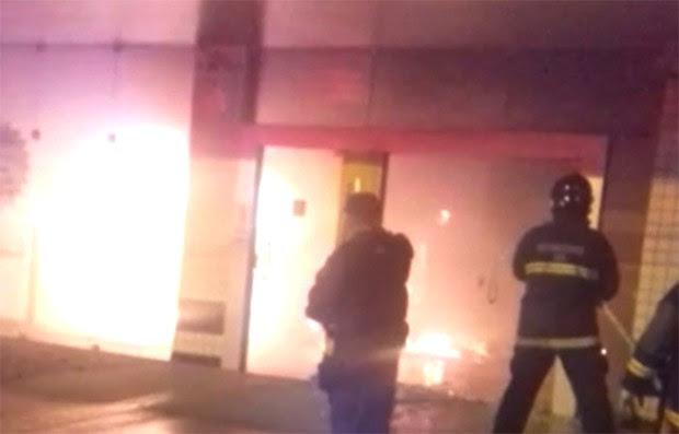 Com a explosão, as chamas destruíram parte da agência; criminosos fugiram sem levar o dinheiro dos terminais (Foto: Divulgação/PM)