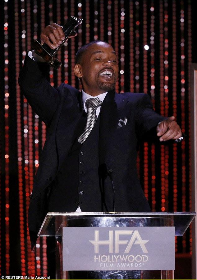 Todos os sorrisos: Suicídio do Pelotão Will Smith olhou dapper em seu terno de três peças preto e gravata grosso para receber o Prêmio de Ator por seu drama NFL, Concussão