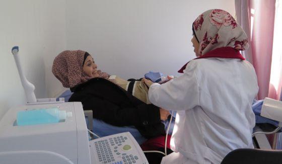 La doctora realiza una ecografía a una mujer en la clínica de Mádaba
