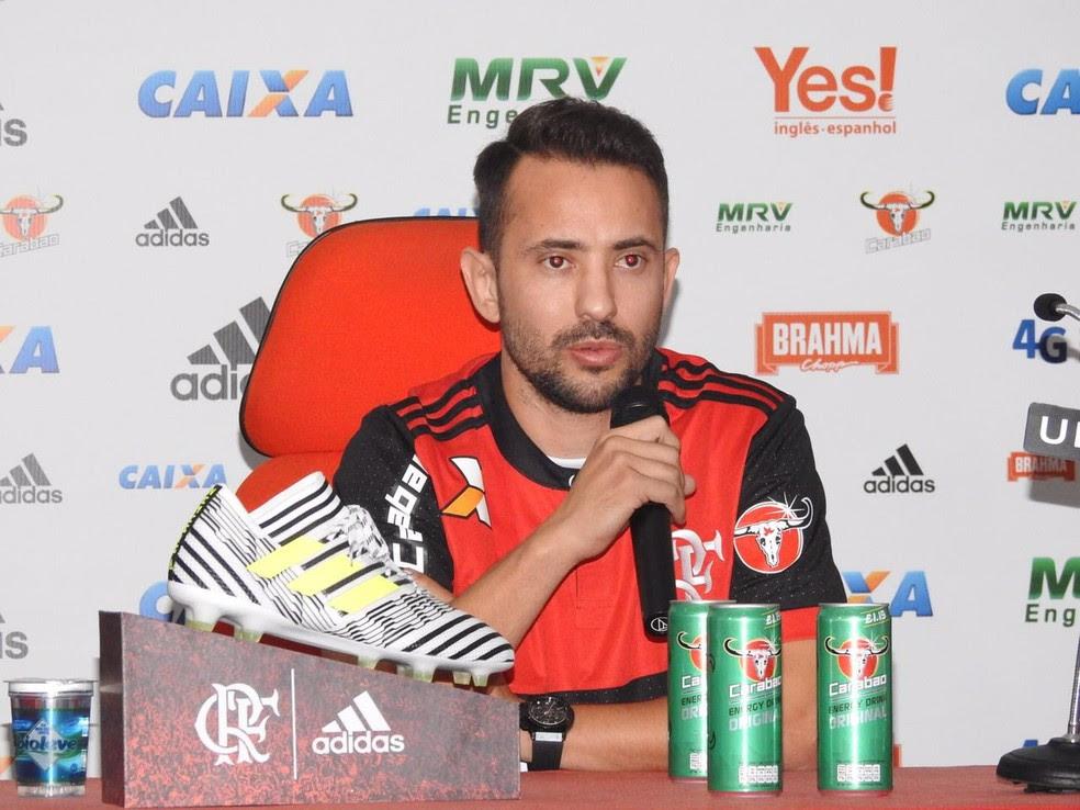 Éverton Ribeiro foi apresentado oficialmente na tarde desta terça-feira (Foto: Fred Gomes)