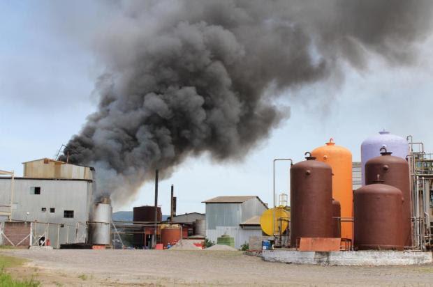Incêndio consome prédio de fábrica de sabão em Encantado Juremir Versetti/Especial