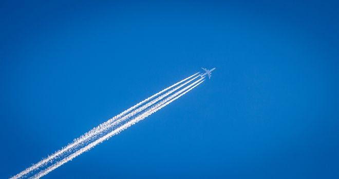 Λευκές γραμμές που αφήνει αεροπλάνο