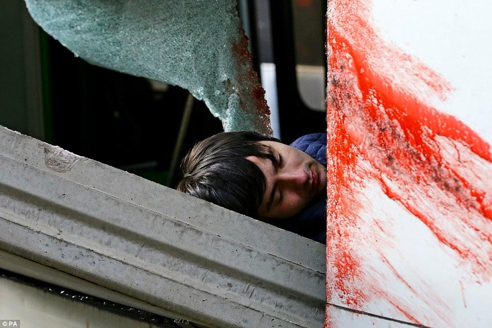 Αποτρόπαια: Αυτή η ψύξη θέαμα ενός άνδρα αιμορραγία από τον τραυματισμό του μετά από να πιαστεί στην κατάρρευση ήταν ένας από τους πολλούς δει σήμερα