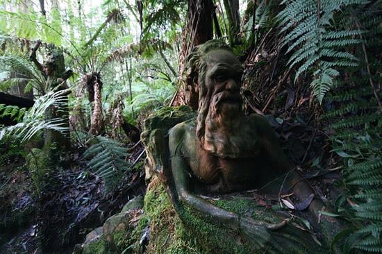 Μυστηριώδη αγάλματα σε τροπικό δάσος!