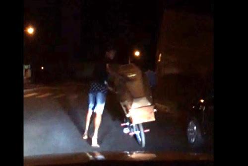 Jovem foi flagrado por testemunhas passeando com o caixão pela cidade de Prata, no Triângulo Mineiro (Foto: Reprodução )