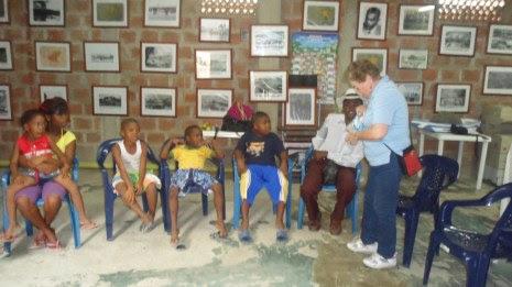 En el Centro Cultural Playa Renaciente, con los niños del sector.