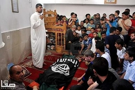 Un terroriste de Gaza enveloppé dans un drapeau ISIS à ses funérailles.
