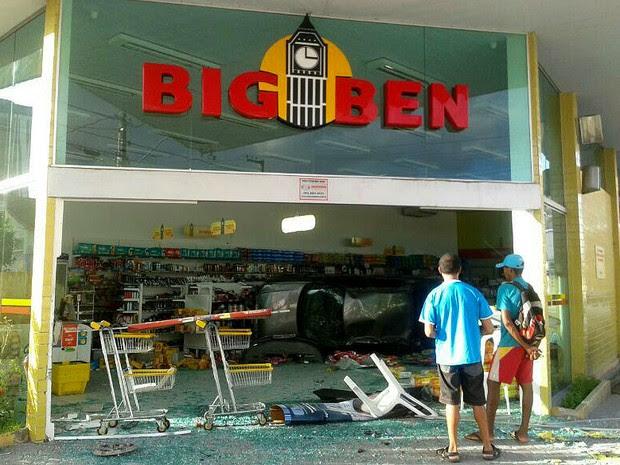 Carro invade farmácia em Jaboatão dos Guararapes, PE (Foto: Marjorye Cavalcanti / TV Globo)