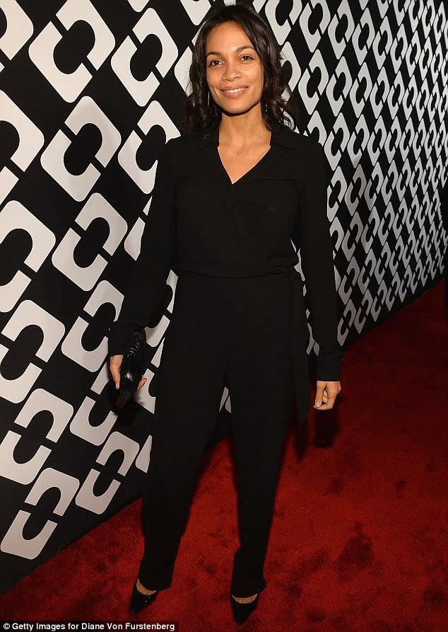 Vamos começar confortável: Rosario Dawson tinha conforto em mente quando ela deslizou para o evento em uma blusa preta, calças pretas e saltos pretos pontudos