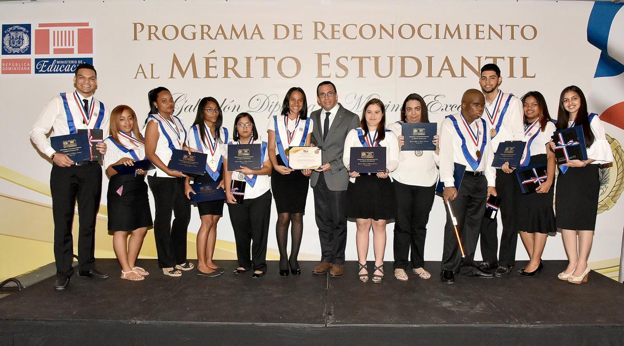 imagen Ministro Andrés Navarro junto a estudiantes meritorios de todo el país