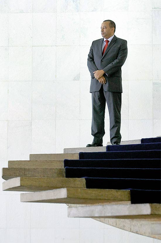 Embaixador Benedicto Fonseca Filho, na escadaria do Itamaraty, em Brasília