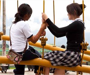 Dos mujeres sentadas