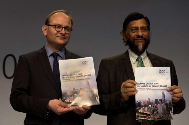 El presidente de IPCC, Rajendra Pachauri (dcha.), y Ottmar Edenhofer,...