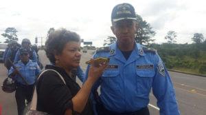 Sandra Maribel Sánches en horas tempranas cuando entrevistaba al comisionado Daniel Molina, encargado del operativo policial