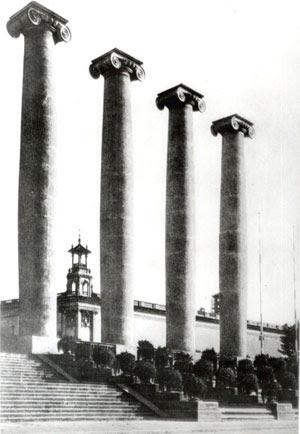 Les Quatre Columnes de Montjuïc, destruïdes el 1928, simbolitzaven les 4 barres de la senyera