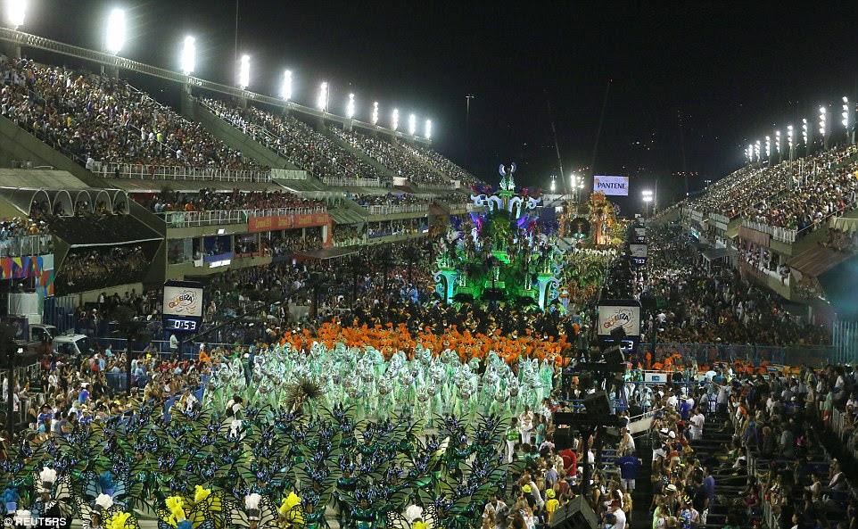 O carnaval é famoso por sua cor e grande tamanho, mas este ano assumiu um elemento mais político
