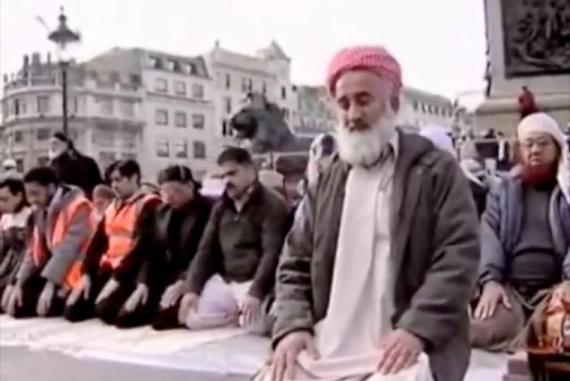 Umat Islam tengah melaksanakan shalat
