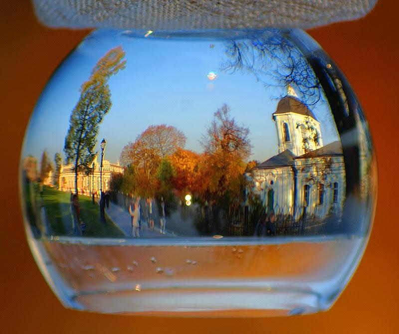 Отражение в емкости с водой. Фото