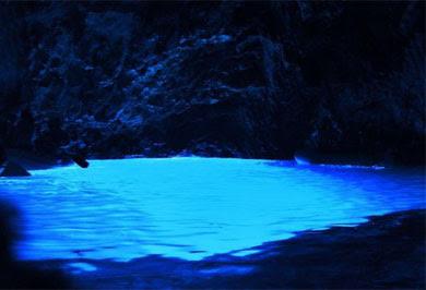 Внутри пещера Плава Шпиля светится голубым цветом