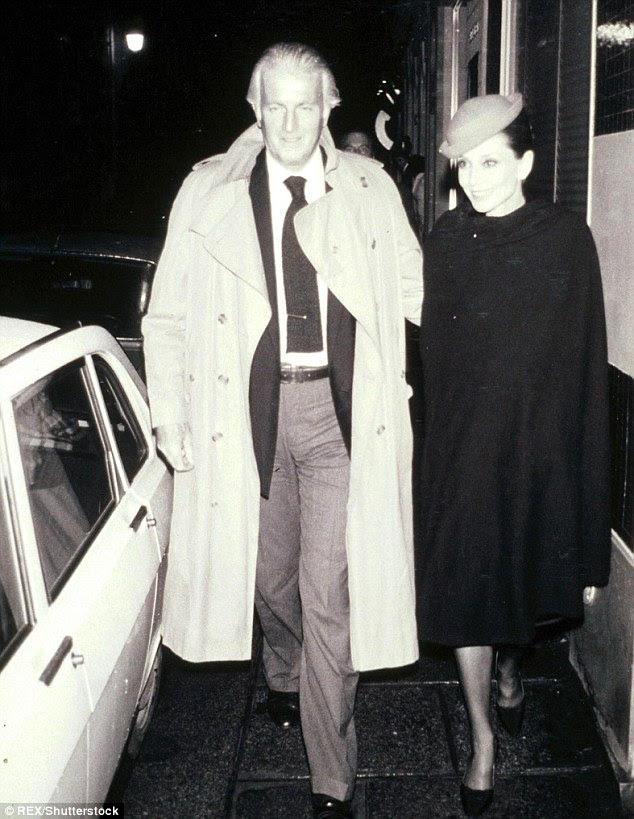 """O designer de moda francês aristocrático era famoso pelo """"Little black dress"""" e o estilo de Audrey Hepburn e Jackie Kennedy.  Ele é retratado com Hepburn em 1979"""