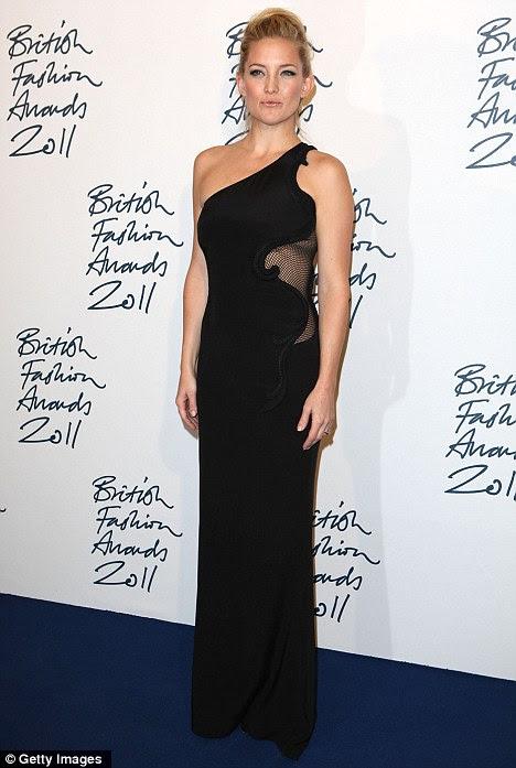 Magro: New mãe de Kate Hudson mostrou fora sua figura impressionante do borne-bebê no British Fashion Awards na noite passada