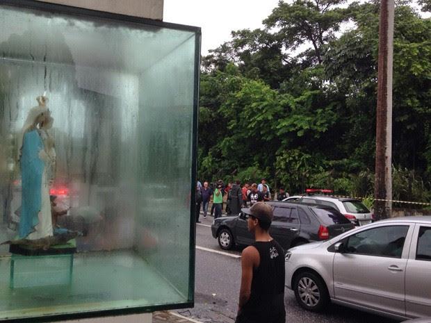 Homem foi morto em frente à imagem de Nossa Senhora da Penha, na Av. Pedro II (Foto: Walter Paparazzo/G1)