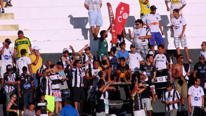 Torcida do ABC comemora gol do Bragantino no Frasqueirão (Foto: Carlos Arthur da Cruz/GloboEsporte.com)