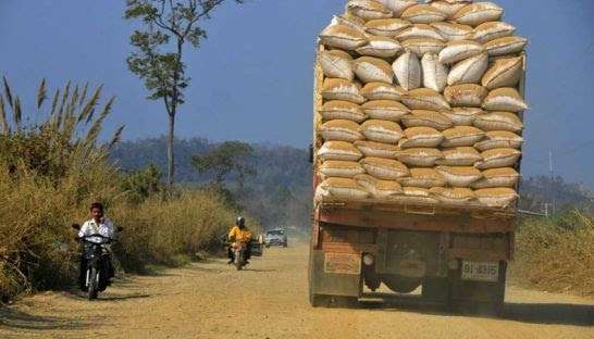 A Thai truck in Pailin transports Cambodian rice. AFP