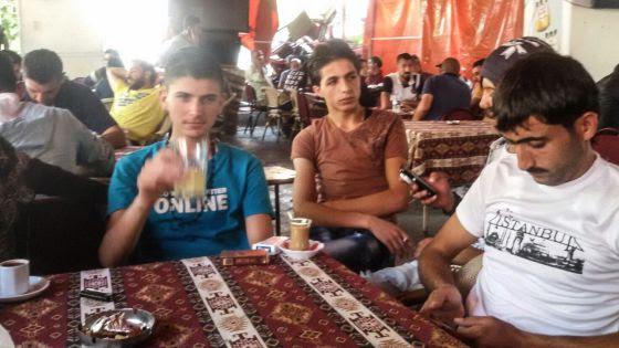 El traficante sirio Abu Nur, a la derecha, un intermediario y Hamzi