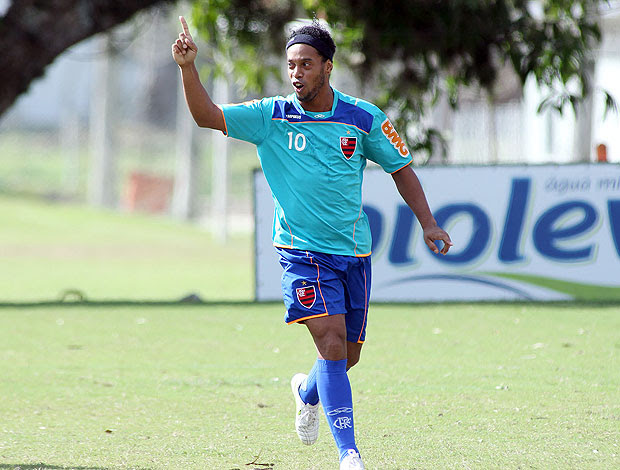 Ronaldinho Gaúcho comemora gol no treino do flamengo (Foto: Maurício Val / VIPCOMM)