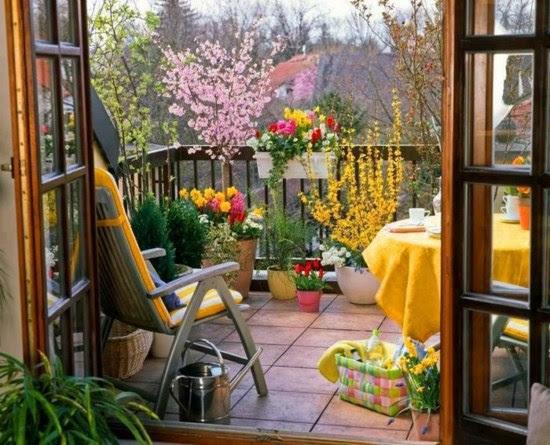 Sommer Balkon gestalten Ideen Blumentöpfe gelbe Gartenmöbel