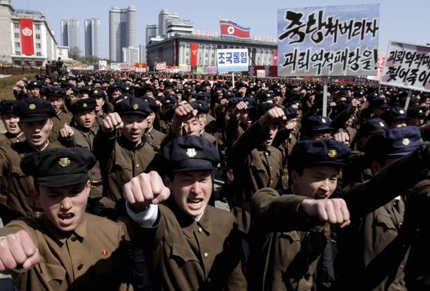 Norte-coreanos fazem manifestação de apoio ao governo do país nesta sexta-feira (29) (Foto: Jon Chol Jin/AP)