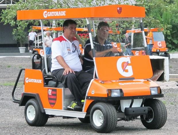 Joel utilizando o carrinho de golfe (Foto: Rafael Cavalieri / Globoesporte.com)